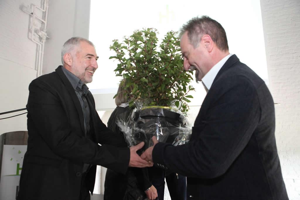 Marcel Barrattucci, co-gérant du bureau d'architectes STAR TECH MANAGEMENT GROUP, reçoit le Prix des Nominés des mains de Serge Dubois, Chef de Cabinet de la Députée provinciale Annie Taulet et de Marcel Leroy, Journaliste, membre du jury.